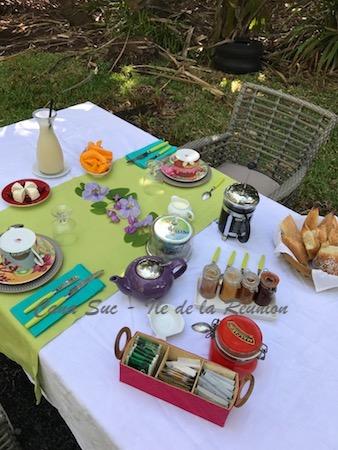 Petit déjeuner dans le jardin des propriétaires